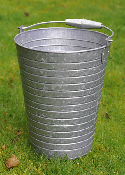 Ribbed bucket